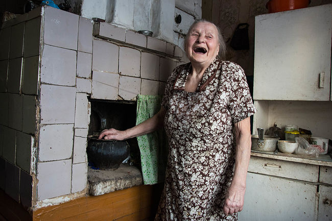 Оlga Kuznetsova photografer. Кузнецовы в Тотьме.. Grandmother Tonja, 79 years, pensioner. The head of the family from 13 people.